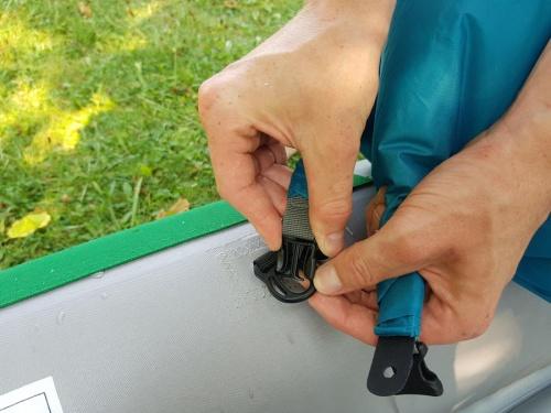 Mit dem Verschluss des Packsack lässt er sich nicht nur Verschließen, sondern auch an Booten befestigen.